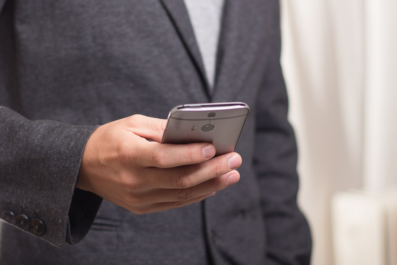 Man reading a website on his smartphone
